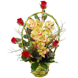 Storczyk i róże w koszyku